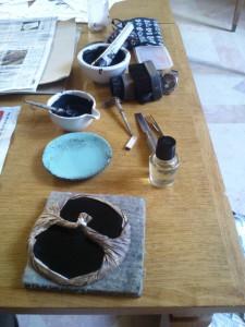 Encre, huile de camélia et baren au premier plan